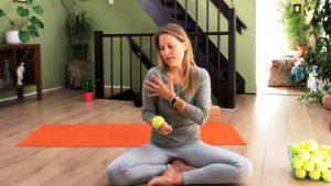 Jasmijn-Yoga-yoga-met-tennisballen